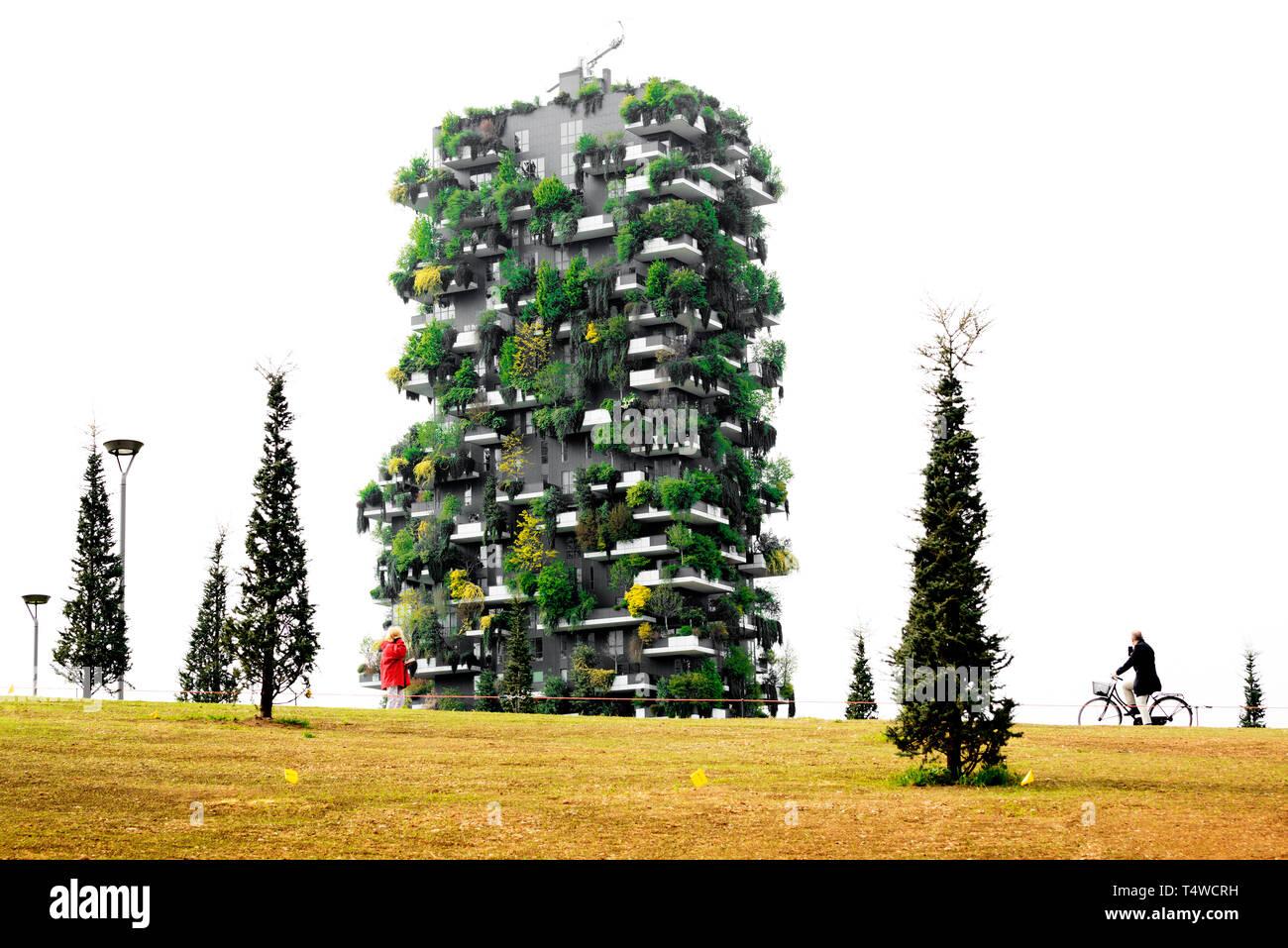 """Torre del bosque vertical en """"Biblioteca de árboles Park', Milan, Italia. Imagen De Stock"""