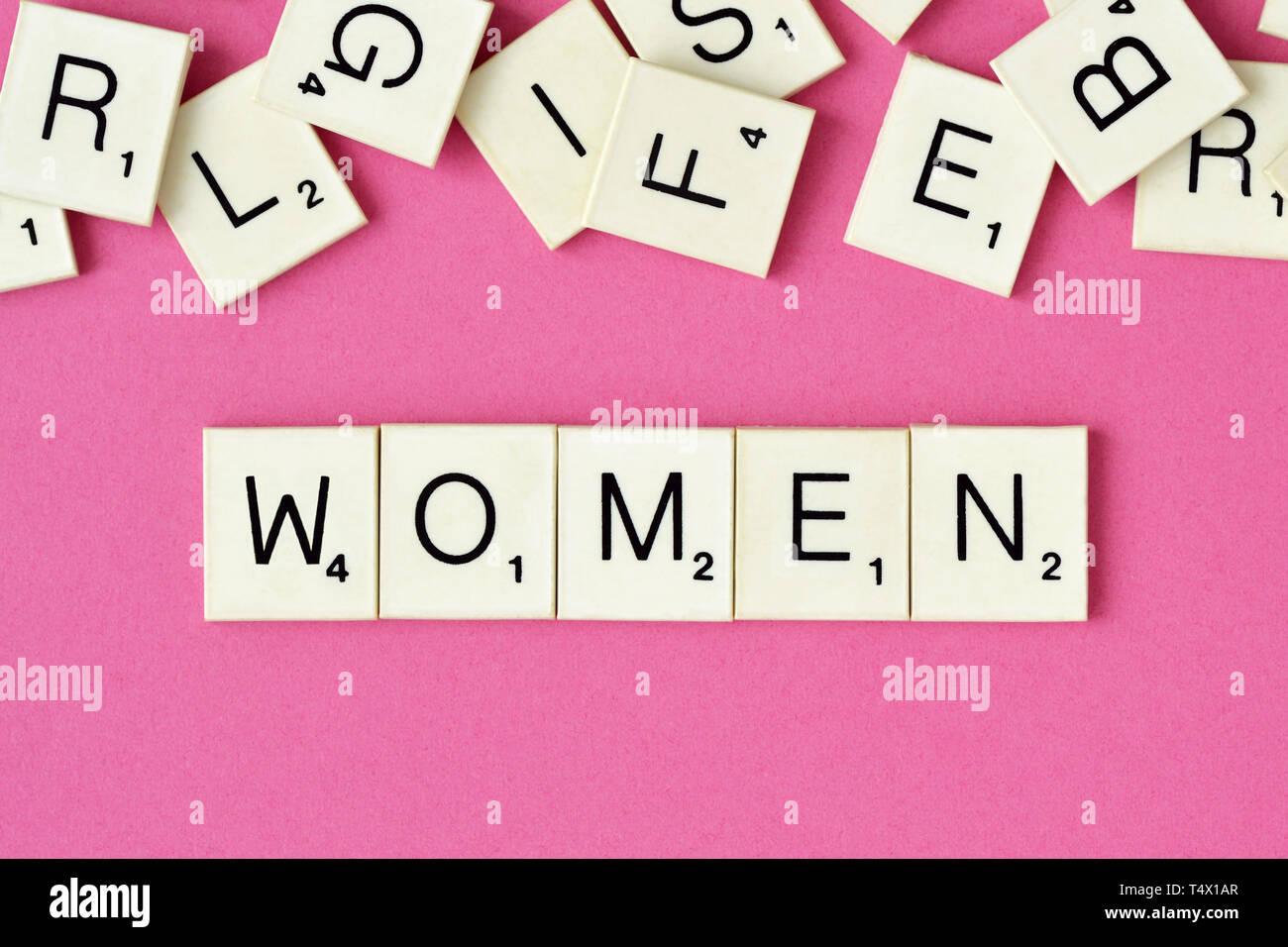 La palabra mujer escrito con letras de scrabble Imagen De Stock