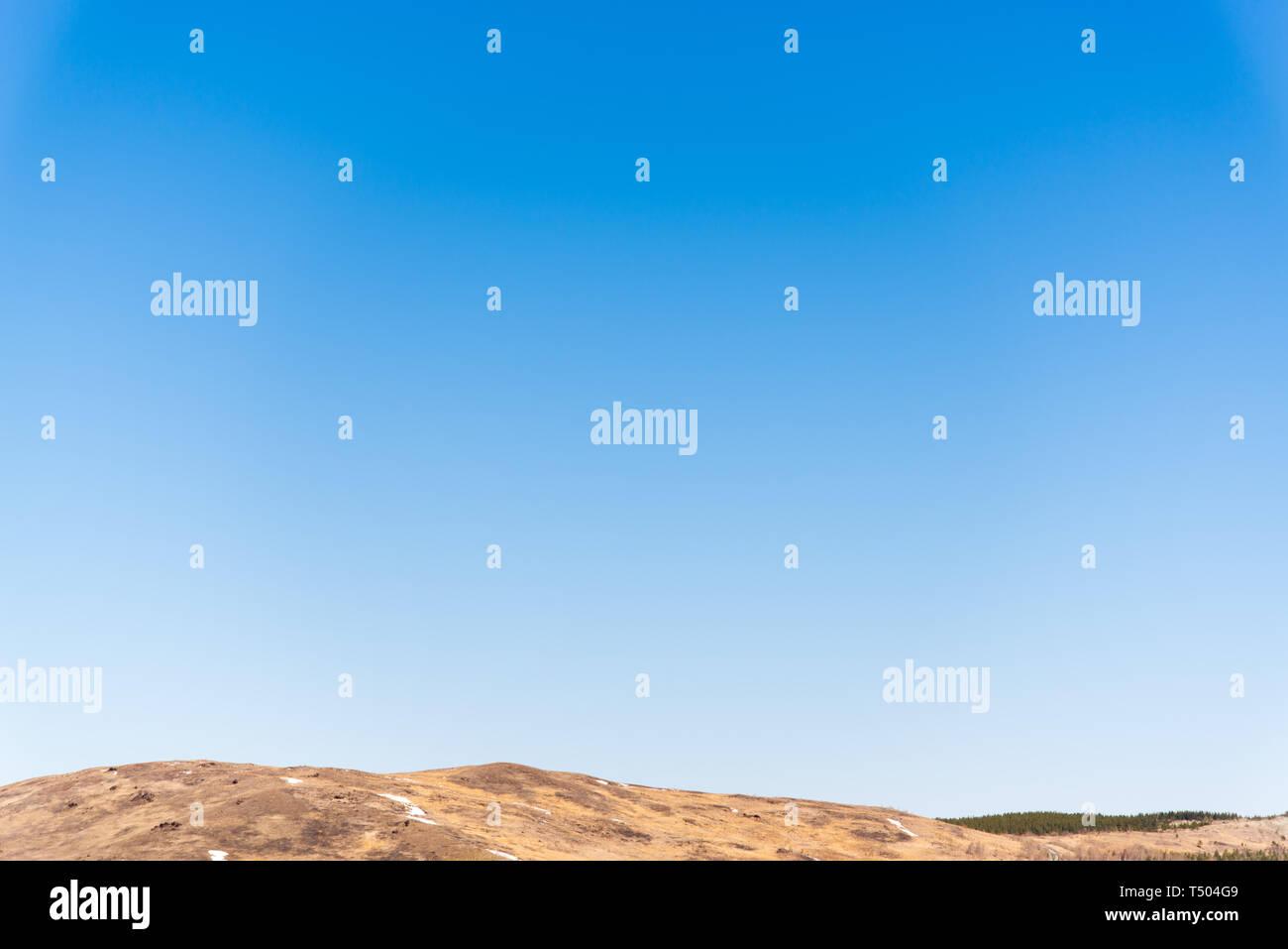 Claro cielo sin nubes, la luz azul del cielo por encima del horizonte sin nubes para el fondo. Imagen De Stock