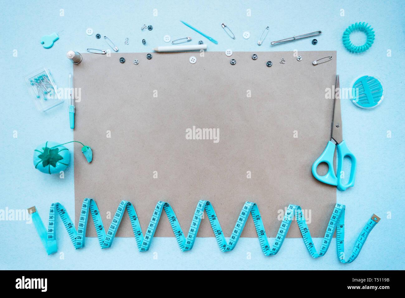 Kit de costura sobre un fondo azul. Vista desde arriba Foto de stock