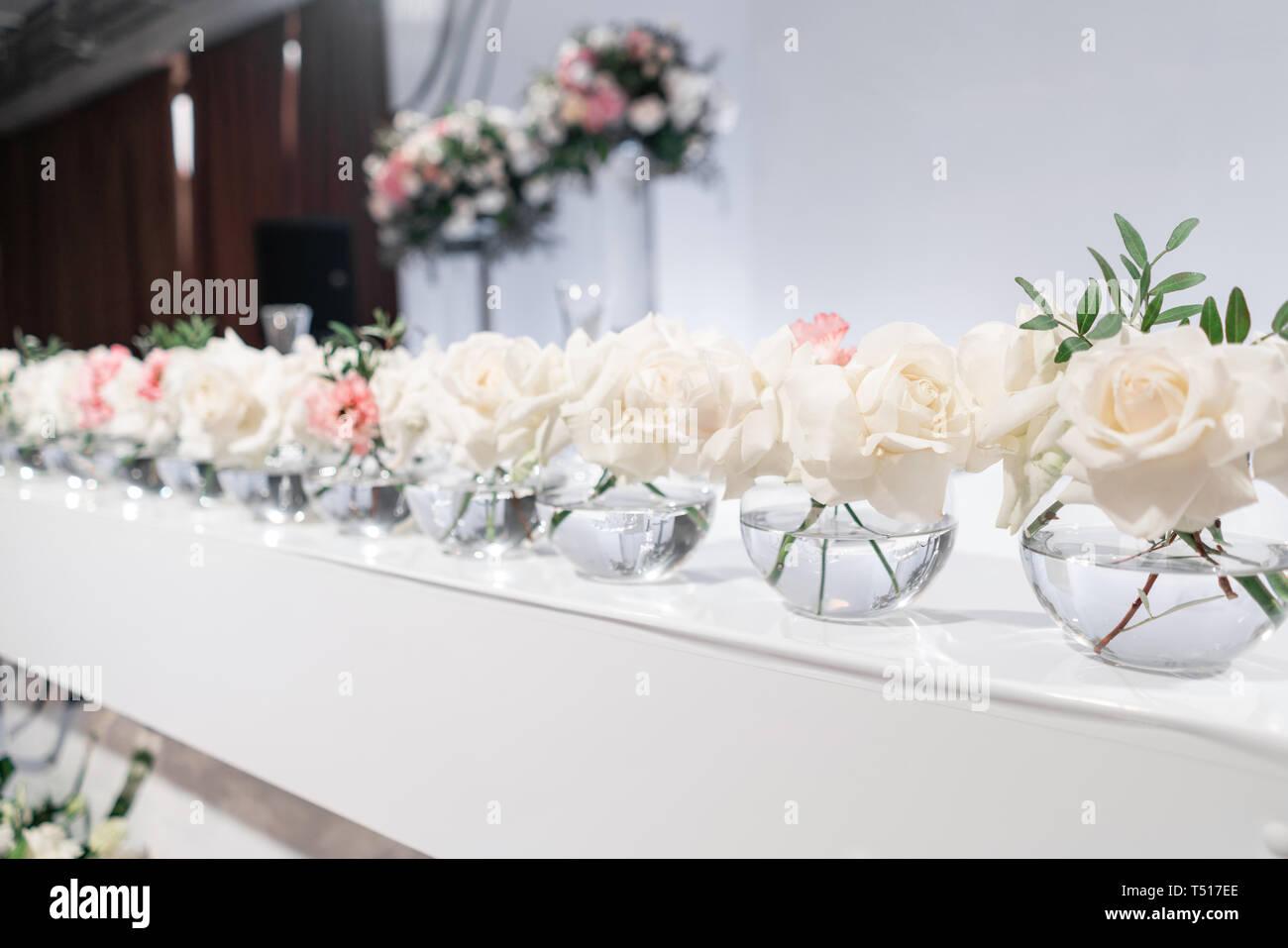 Pequeños Arreglos Florales En Jarrones De Cristal De Bola