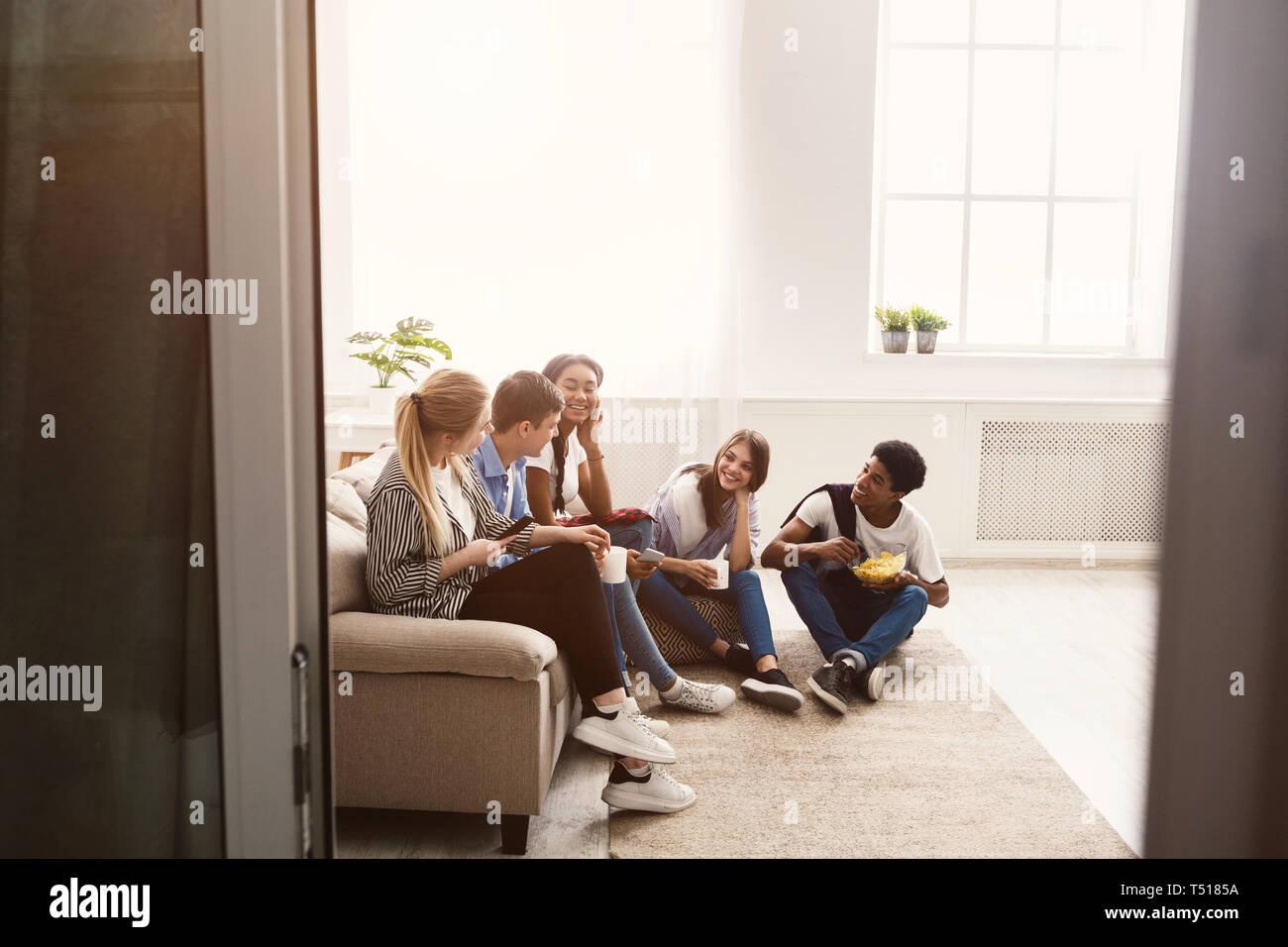 Feliz estudiantes pasar tiempo juntos y hablar Foto de stock