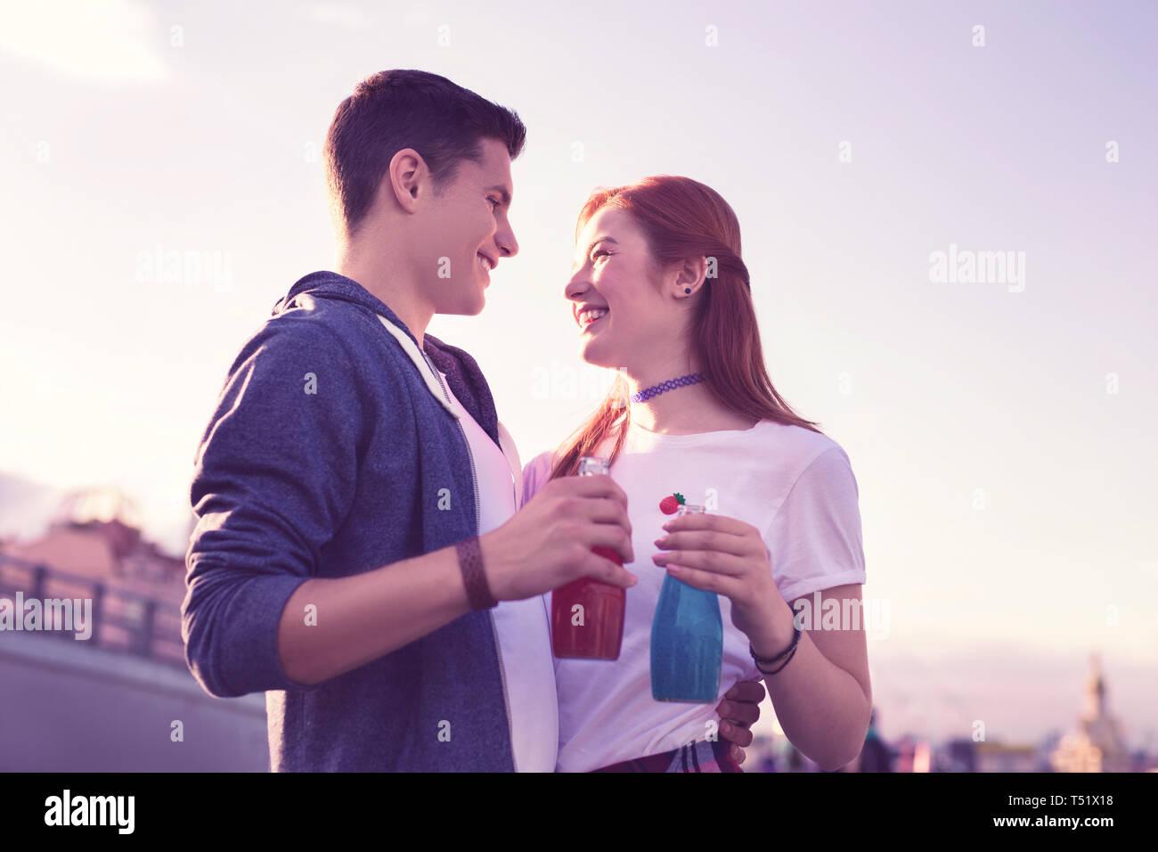 Alegre emocionado pareja joven expresando sus sentimientos el uno al otro Foto de stock