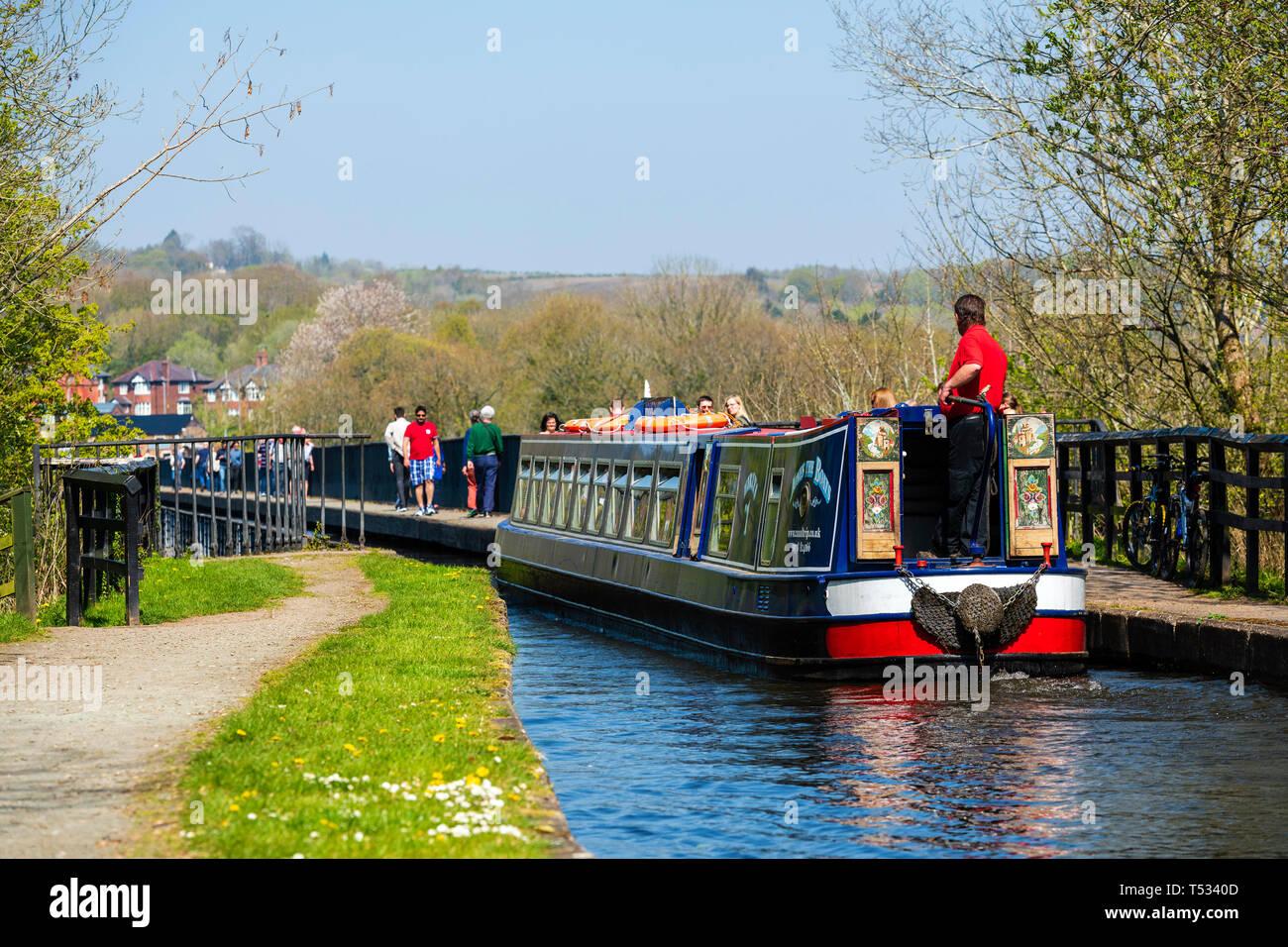 Canal de travesía de un acueducto cerca de Llangollen Pontcysyllte, Gales, Reino Unido. Viaje en barco por el estrecho Shropshire Union Canal. Imagen De Stock