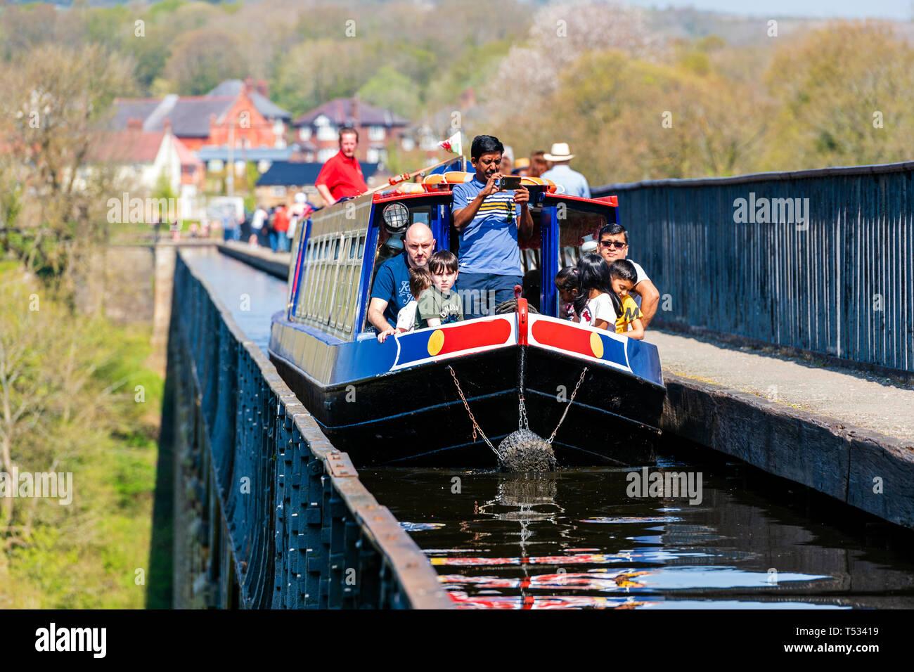 Canal de travesía de un acueducto cerca de Llangollen. Acueducto Pontcysyllte, Gales, Reino Unido. Viaje en barco por el estrecho Shropshire Union Canal. Imagen De Stock