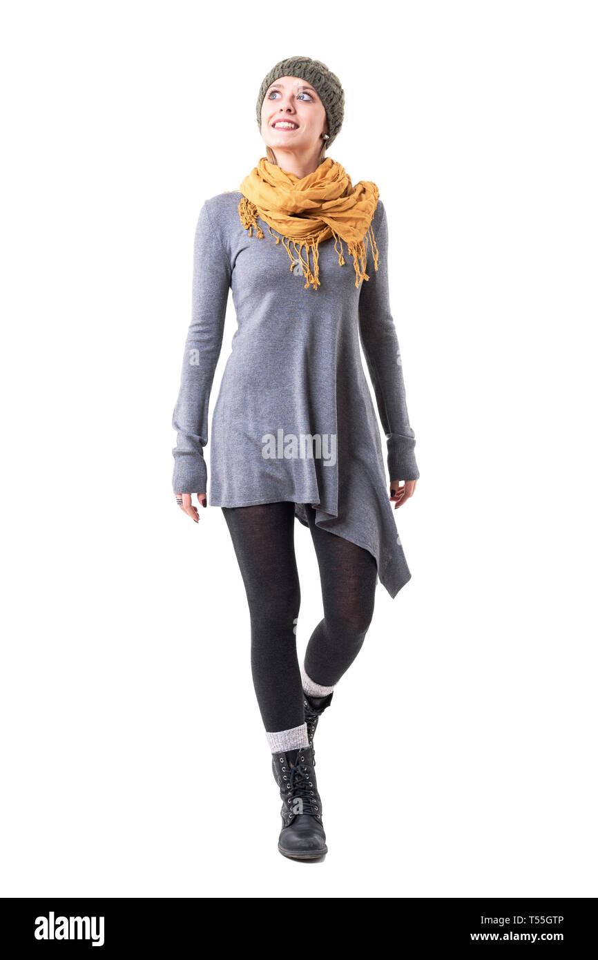 b2dbb1cb5a Feliz Emocionados mujer joven en un exclusivo estilo HIPSTER la ropa y  caminar mirando hacia arriba