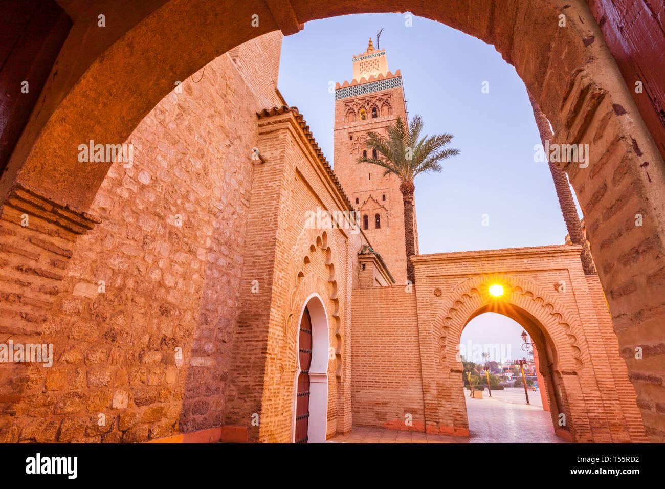 Ángulo de visión baja de la Mezquita de Koutoubia en Marrakesh, Marruecos Foto de stock