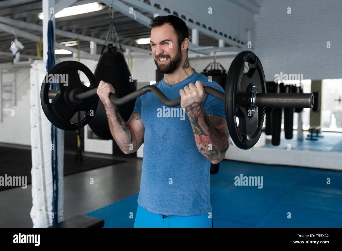 Mitad hombre adulto el levantamiento de pesas en el gimnasio Foto de stock