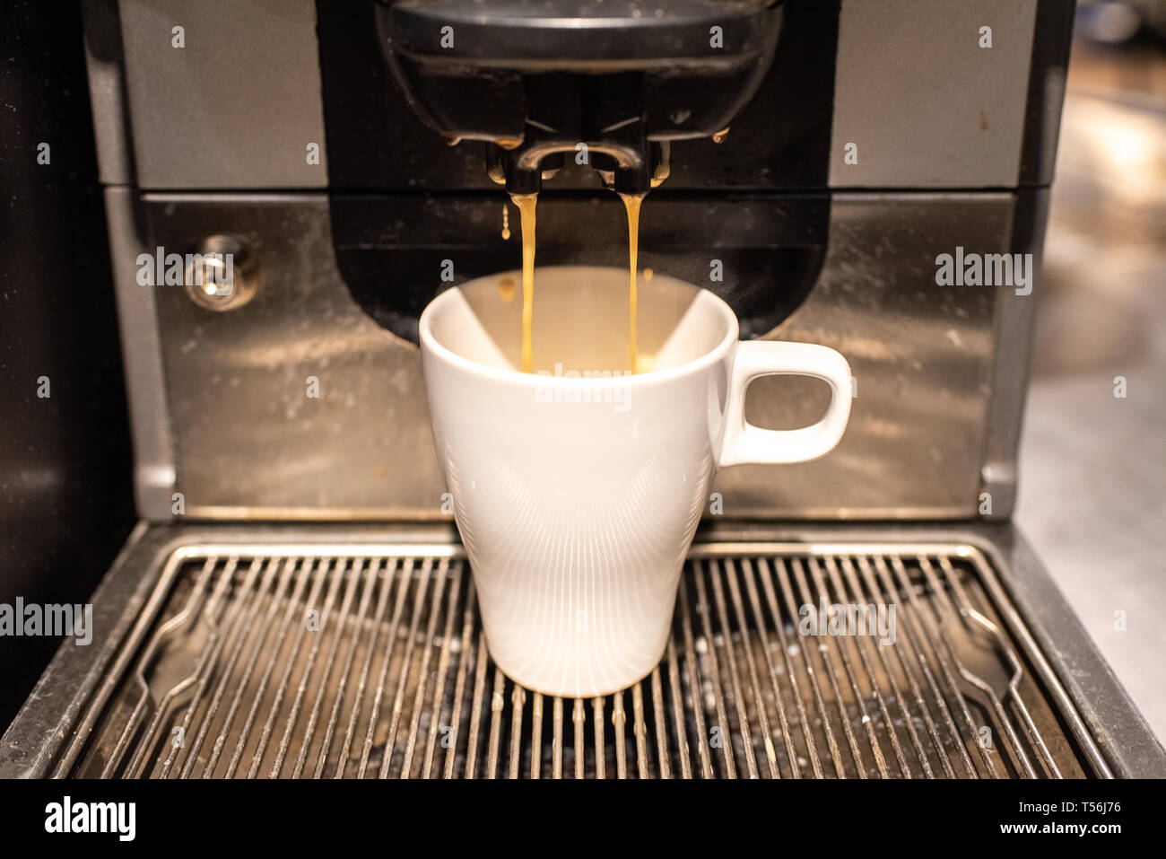 Cafetera Industrial preparar un café con leche Fotografía de