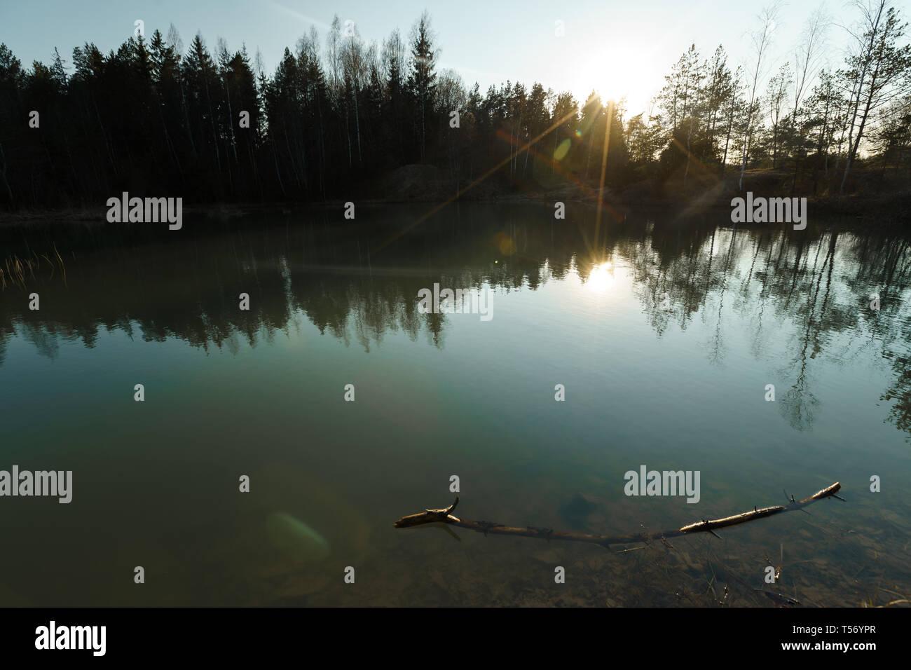 Hermoso lago Turquesa en Letonia - estilo Meditirenian colores en Estados bálticos - Lackroga ezers Foto de stock