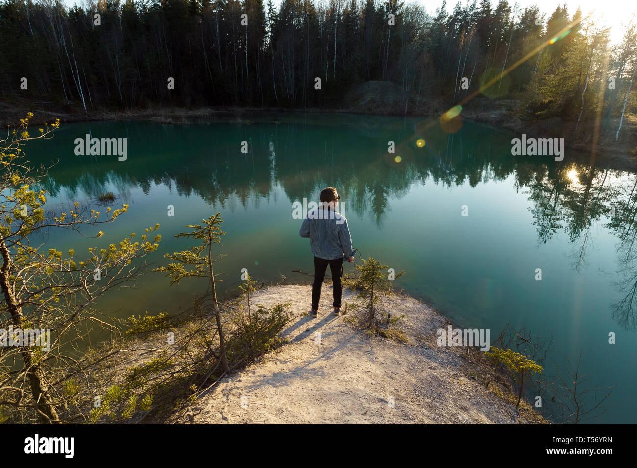 Joven tomar fotos de viajes - Hermoso lago Turquesa en Letonia - estilo Meditirenian colores en Estados bálticos - Lackroga ezers Foto de stock