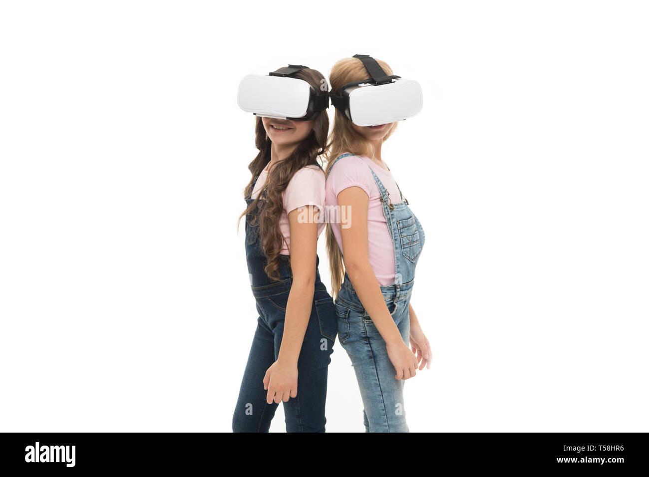 Tomando ventaja de esta nueva tecnología. Adorable pequeño niños utilizando tecnología VR para aprender y jugar. Cute niños pequeños experimentan la tecnología innovadora. La tecnología está allí, copie el espacio. Imagen De Stock