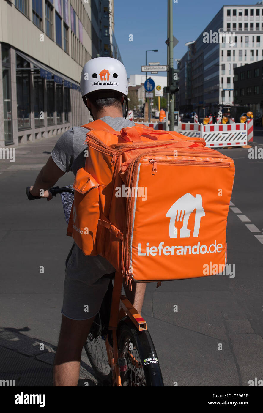 Servicio de entrega de ciclistas de Lieferando en Berlín. Foto de stock