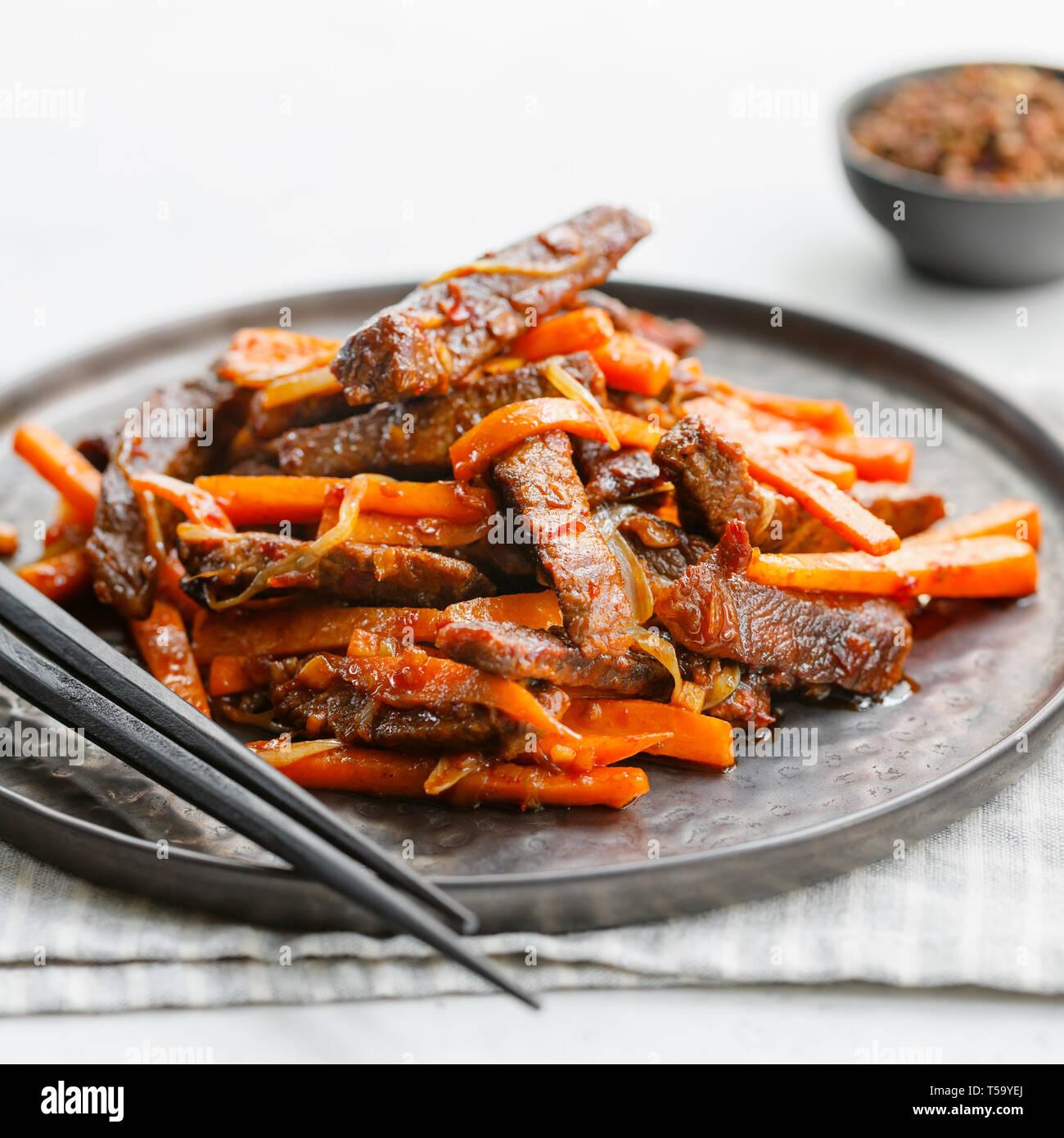 Close Up De Szechuan Picante Chino Carne Comida En Una Placa