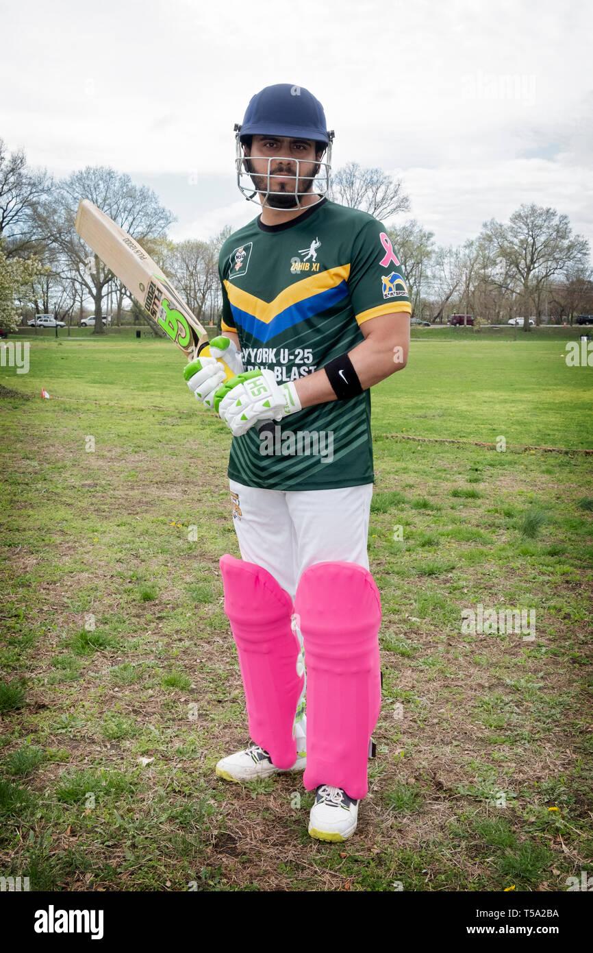 Un bateador de cricket americano pakistaníes en sus 20's posando para una foto en un torneo en Baisley Pond Park en Jamaica, Queens, Nueva York. Foto de stock