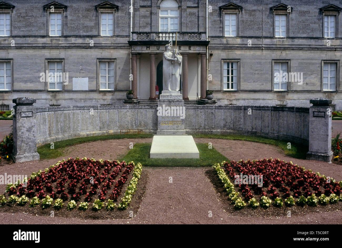 Museo de Arte e Historia y War Memorial, coñac, Charente, Francia Imagen De Stock