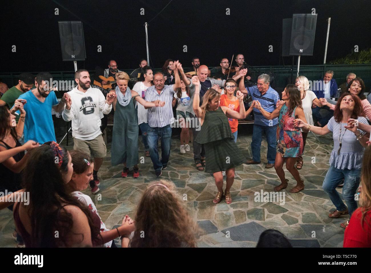 Un panegyri o village festival de música tradicional y danzas folklóricas, en la isla griega de Ikaria, en el Mar Egeo. Imagen De Stock