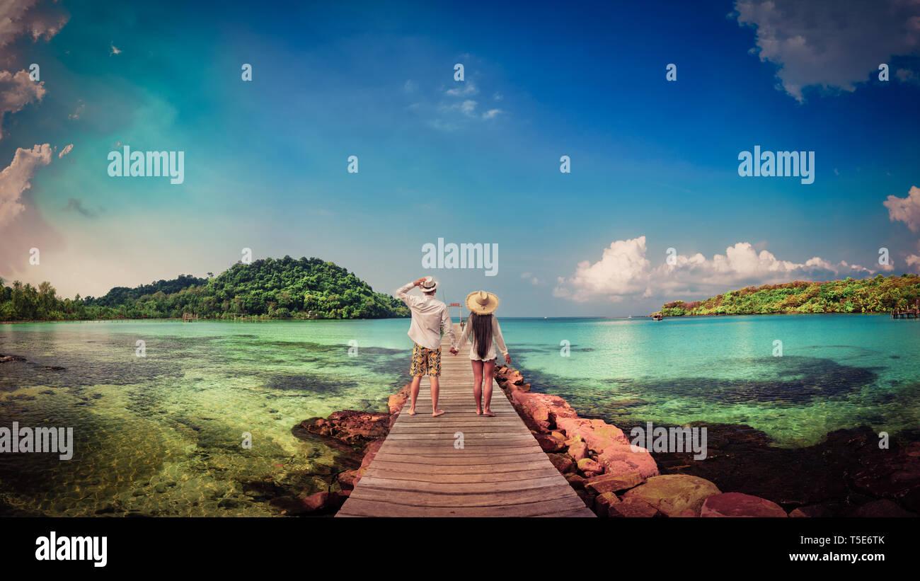 Un estilo de vida activo, vacaciones de verano y viajes en Asia concepto. Joven pareja feliz disfrutar de luna de miel, vacaciones en la playa tropical Foto de stock