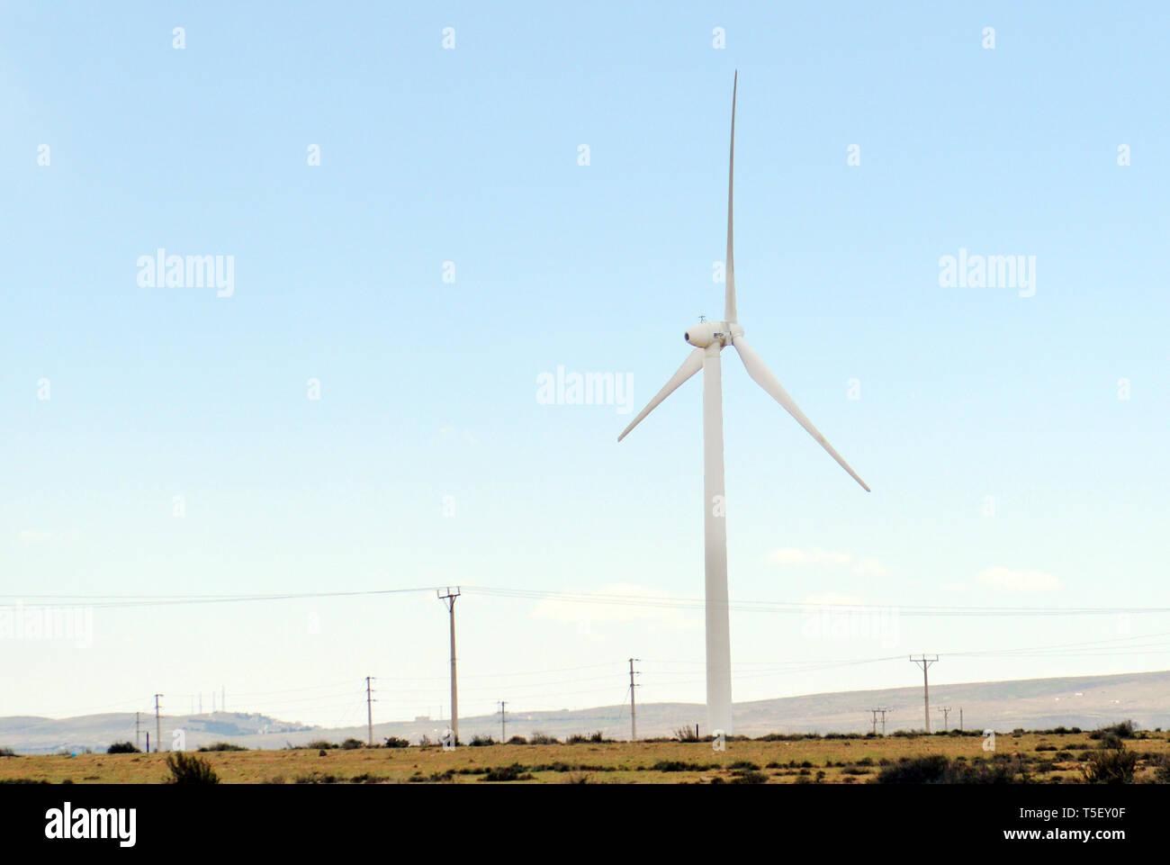Un aerogenerador en una granja de energía renovable en Jordania. Imagen De Stock
