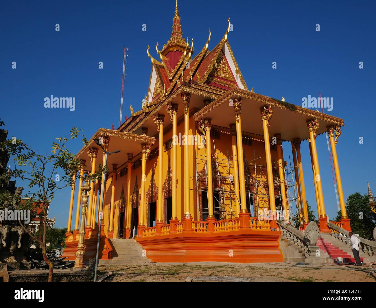 El impresionante nuevo templo de Wat Kampong Thom, Pagoda, casi completa y brillante de color naranja y oro. De Kampong Thom, Camboya. 19-12-2018,. Foto de stock