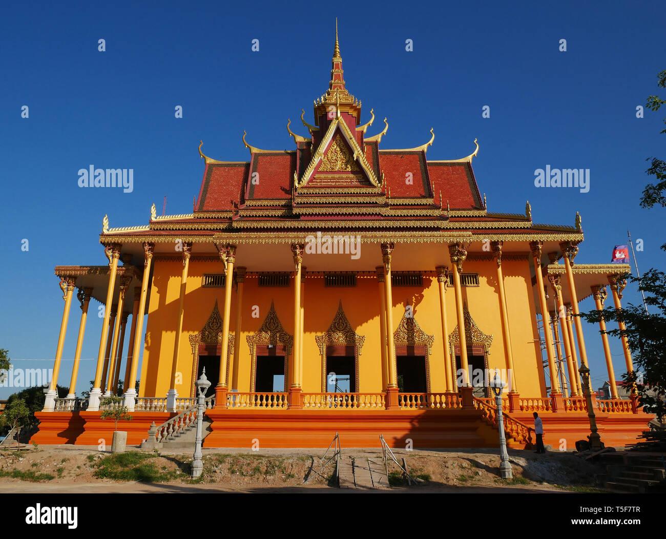 El impresionante nuevo templo de Wat Kampong Thom casi completa pintados de naranja y oro. De Kampong Thom, Camboya. 19-12-2018,. Foto de stock