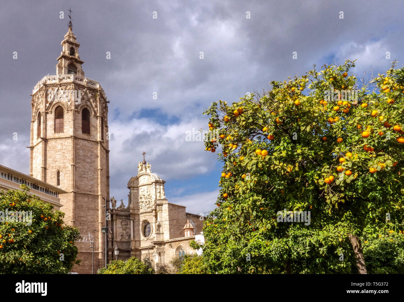 Valencia España, Torre El Miguelet, Torre de la Catedral de Valencia Desde la Plaza de la Reina Valencia, España Europa Foto de stock