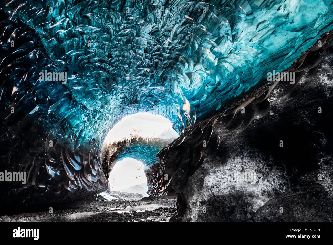 Fascinante estructura y color en el interior de una cueva de hielo glaciar de Vatnajökull. Foto de stock
