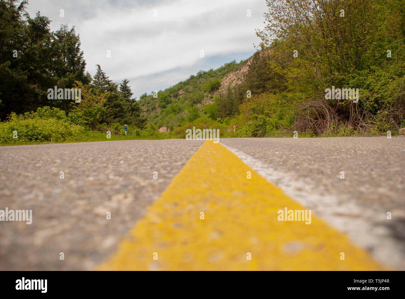 Línea Amarilla En El Medio Del Camino Fotografía De Stock Alamy