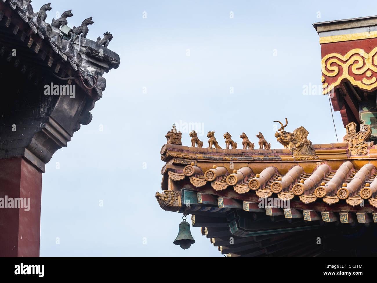 Detalles en el techo del templo Yonghe también llamado Templo Lama de la escuela Gelug del budismo tibetano en Dongcheng District, Beijing, China Foto de stock