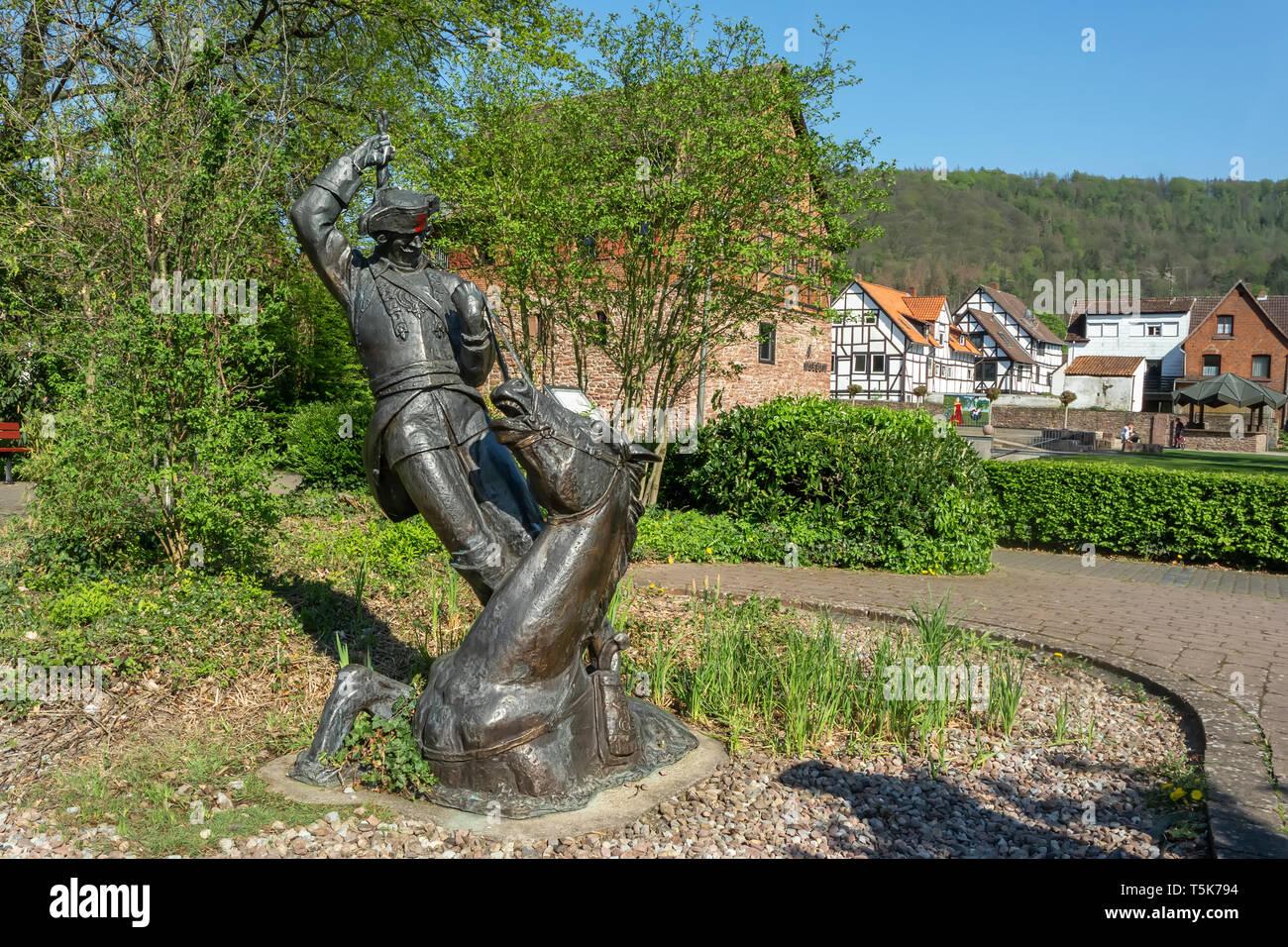 Bodenwerder, Alemania, 21/04/2019: la escultura del 'Lügenbaron von Münchhausen' Foto de stock