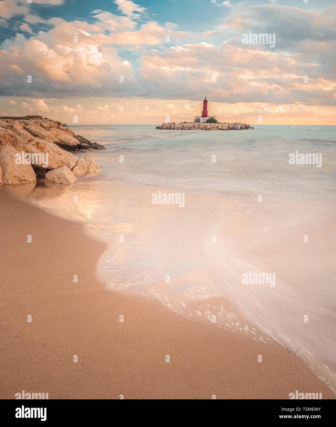 Villajoyosa playa con faro en la hora dorada Foto de stock