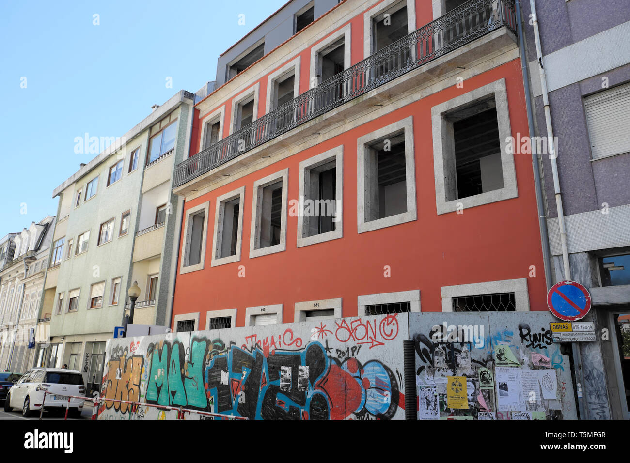 Arte en la calle en el acaparamiento fuera del sitio de construcción de apartamentos da Rua Miguel Bombarda en Oporto, Portugal KATHY DEWITT Foto de stock
