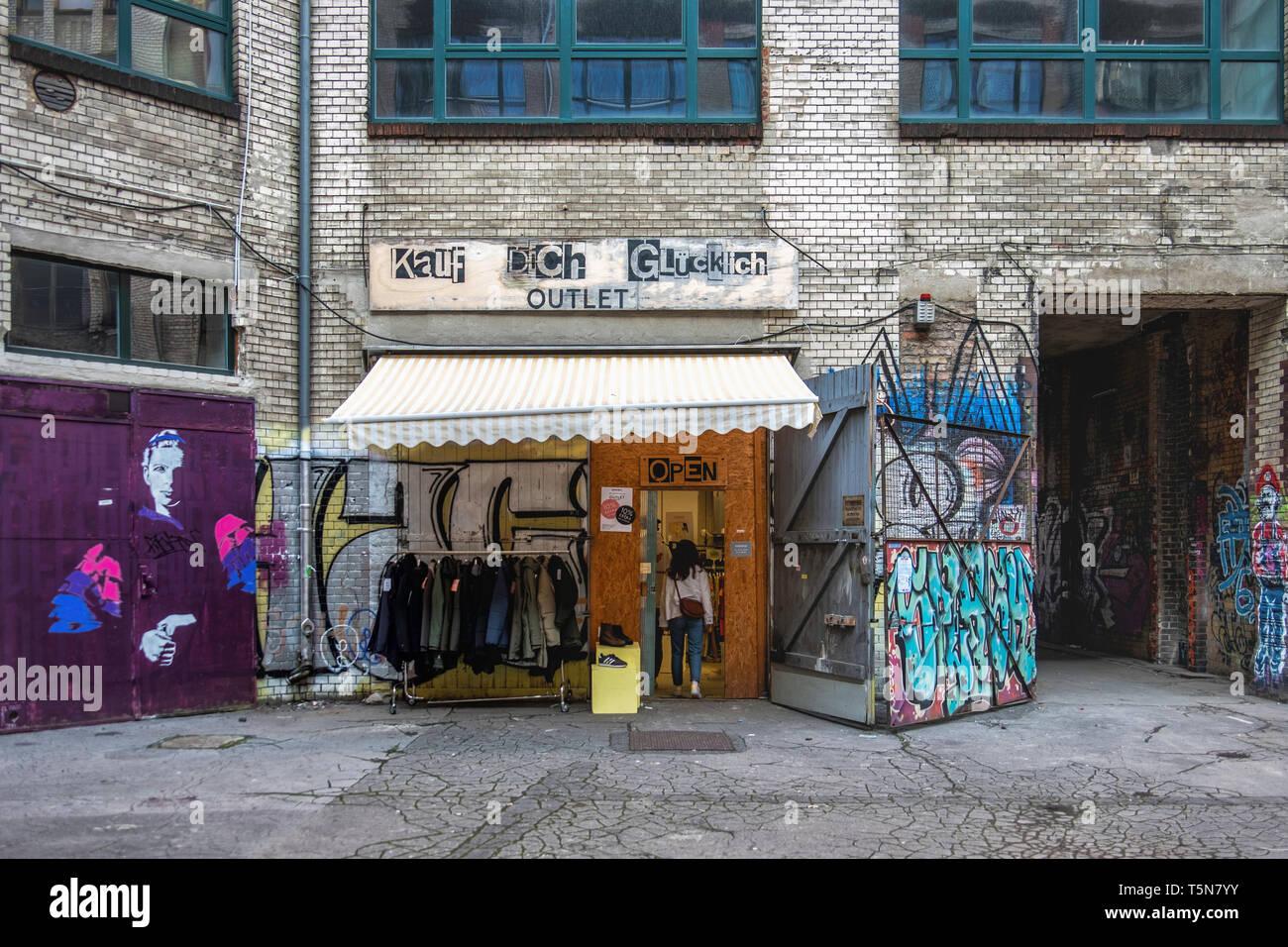 Boda, Berlín. Kauf Dich Glücklich & Fashion Outlet tienda de ropa en el patio interior del antiguo edificio industrial dilapidados en Gerichtstrasse 23. Foto de stock
