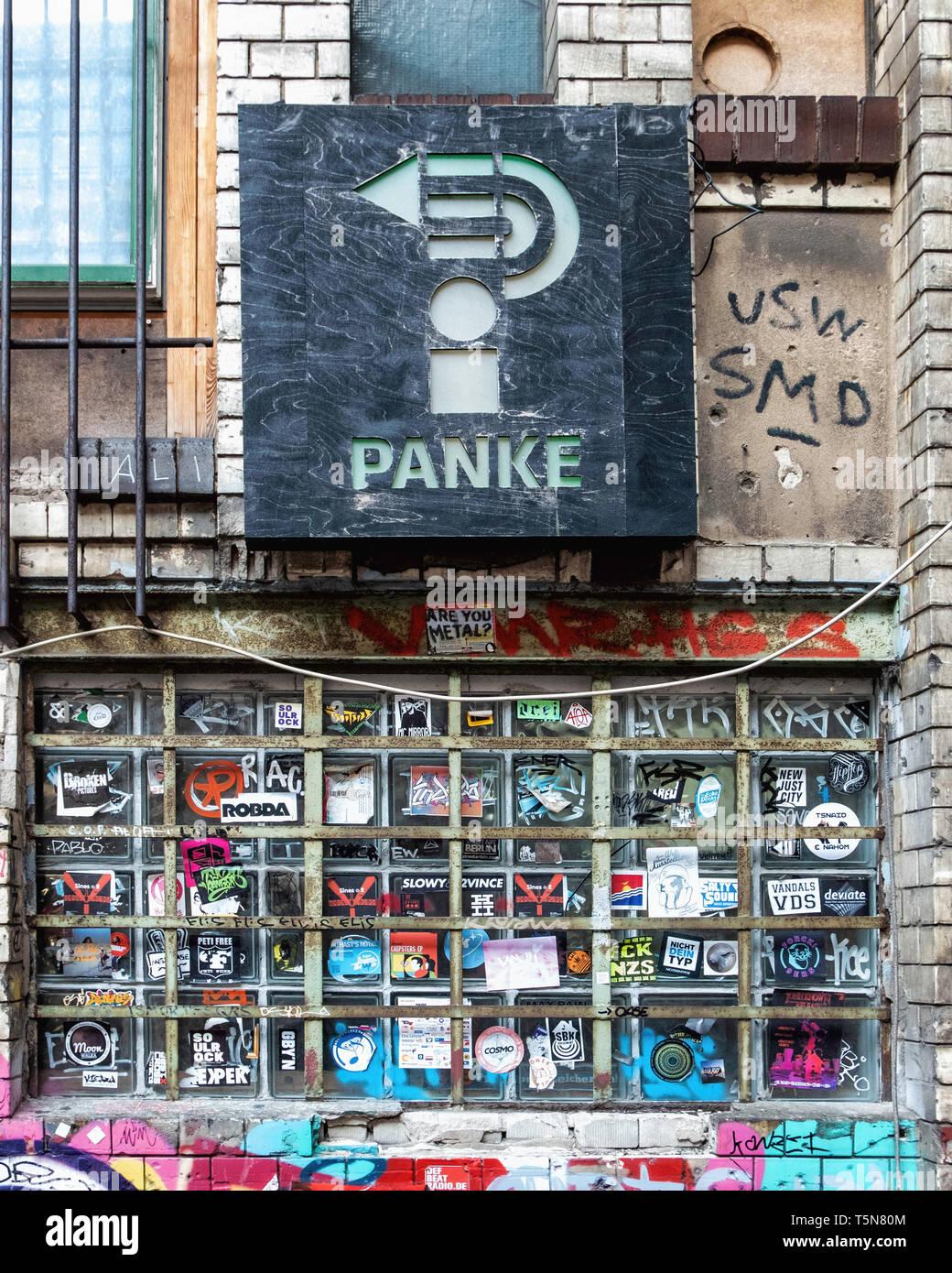 Boda, Berlín. Patio interior del ruinoso antiguo edificio industrial junto al río Panke en Gerichtstrasse 23. Uso residencial y comercial. Foto de stock