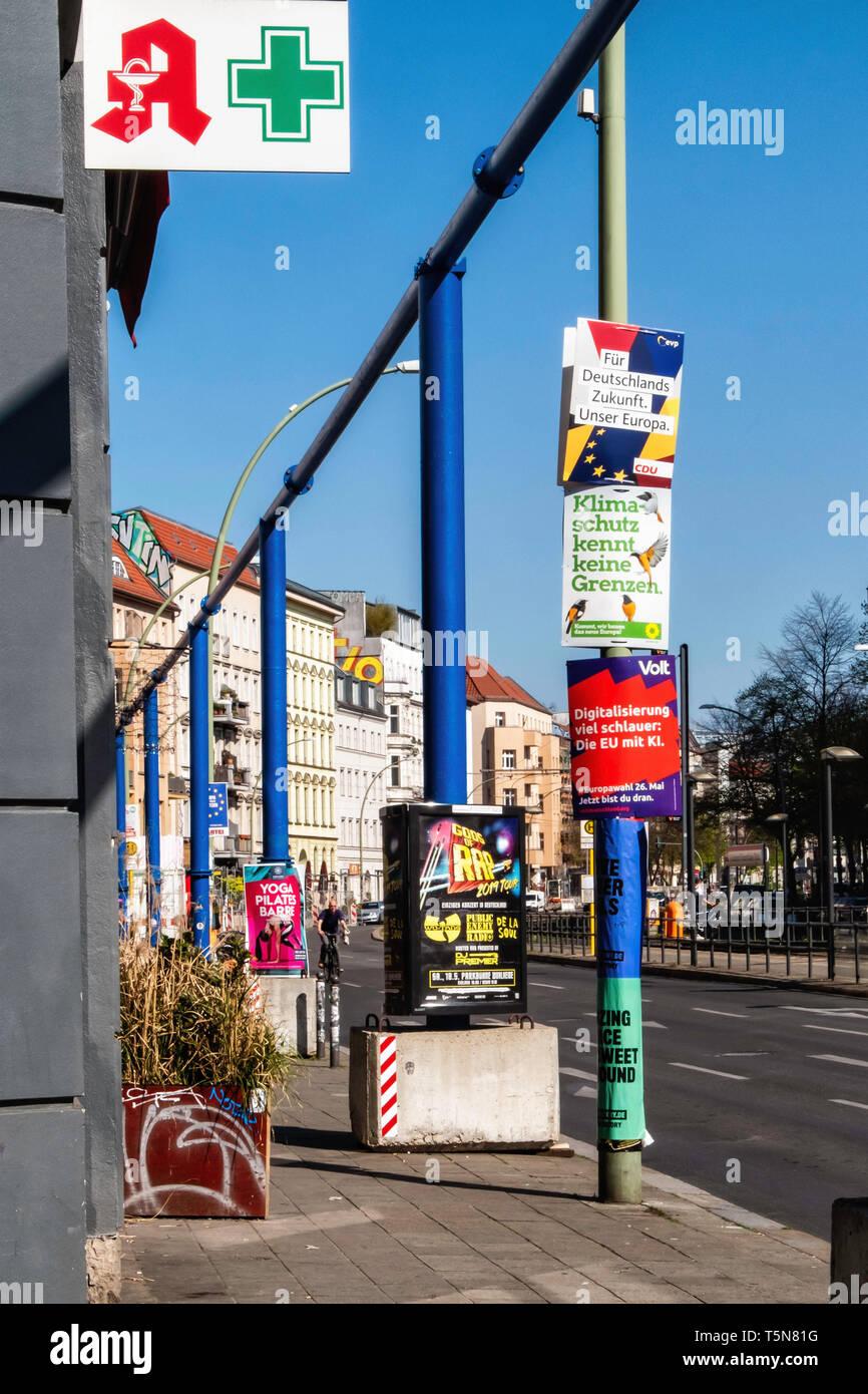 Berlin Mitte, los carteles electorales para las próximas elecciones europeas en el tubo de drenaje de agua azul Imagen De Stock