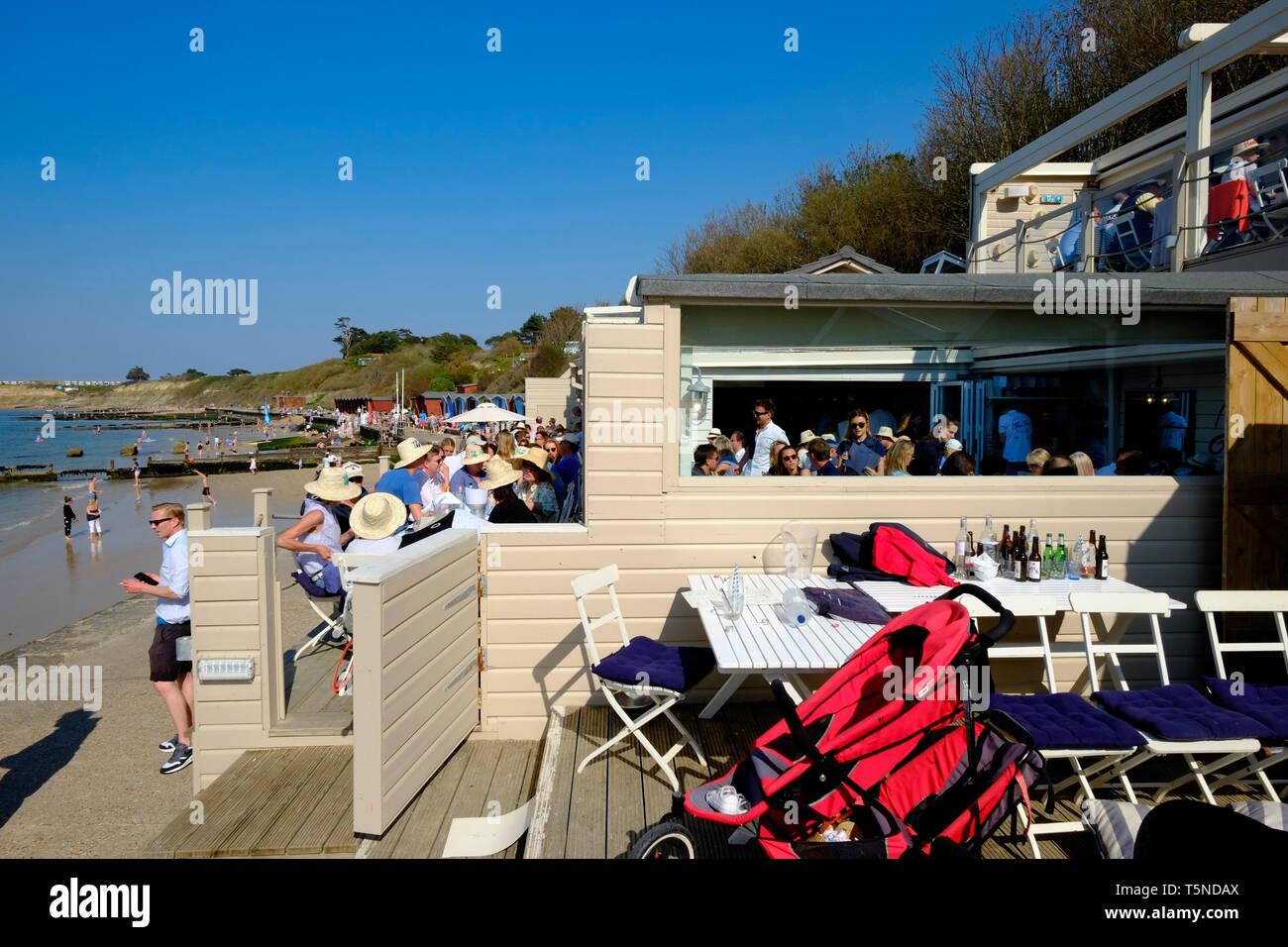 La cabaña Beach Bar y restaurante en un ajetreado fin de semana de Pascua el sábado en Colwell Bay, Isla de Wight, Reino Unido. Imagen De Stock