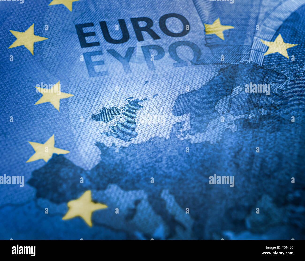 Concepto Brexit. Desenfocado Euro bill cerrar detalle del mapa de Europa con el foco en Gran Bretaña. Los colores de la Unión Europea bandera con estrellas amarillas Imagen De Stock