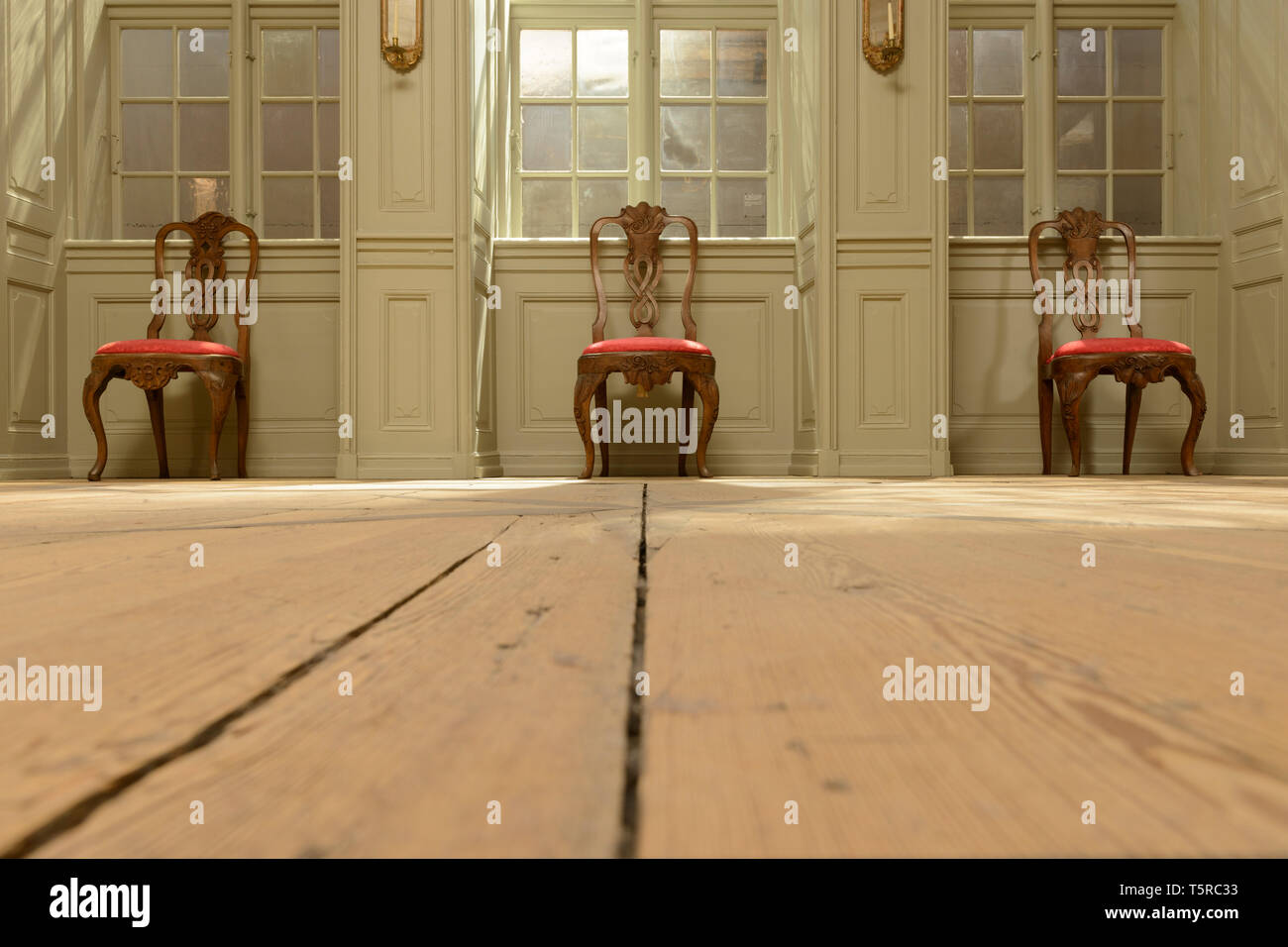 Tres sillas formal, parte de una exposición en el Museo Nacional de Copenhague, Dinamarca. Foto de stock