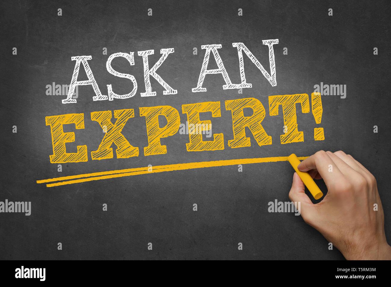 Escribe a mano Pregunte a un experto sobre la pizarra Foto de stock