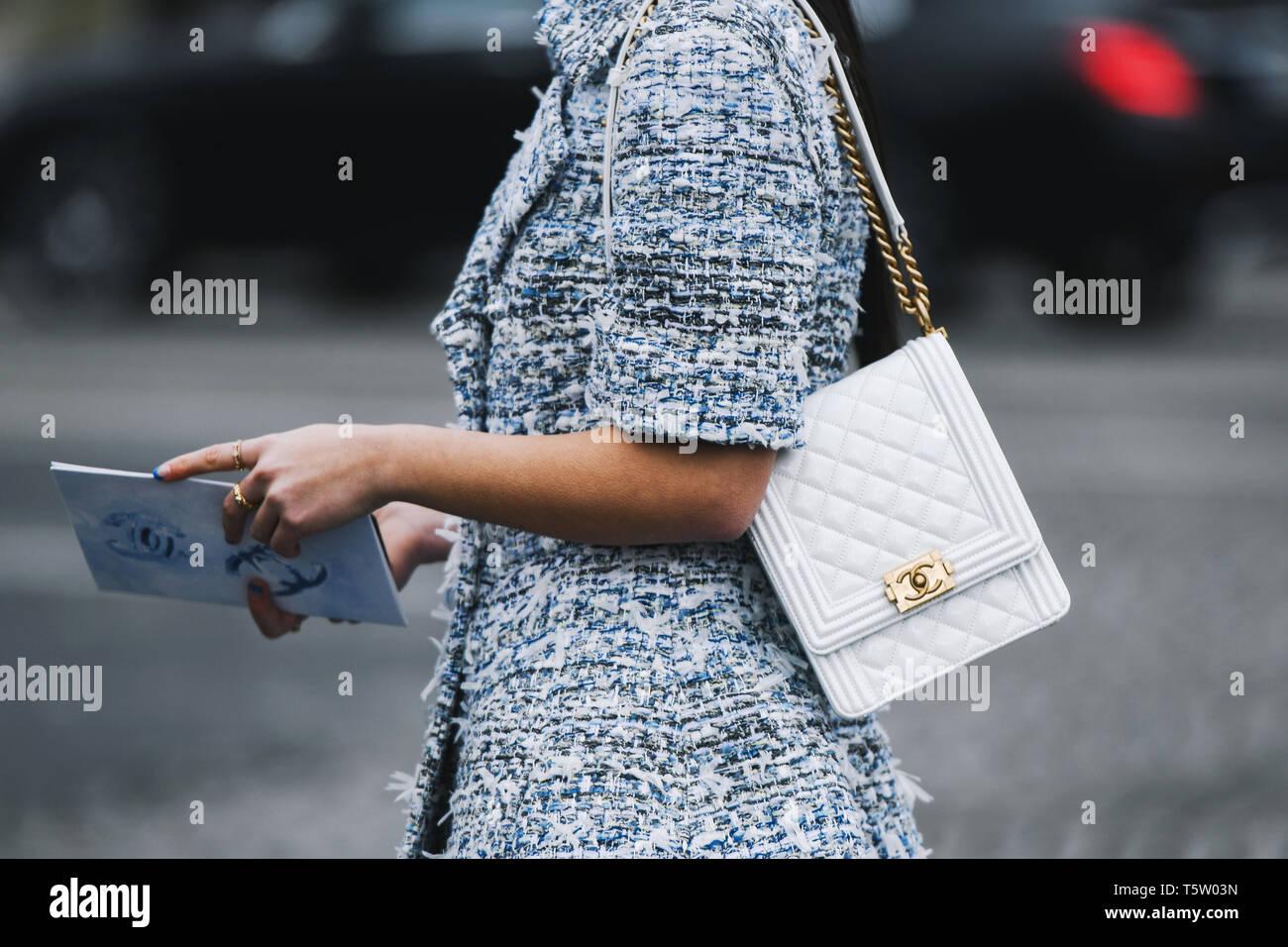 a4db7cbe7 París, Francia - 5 de marzo de 2019: Street Style - Traje Chanel antes