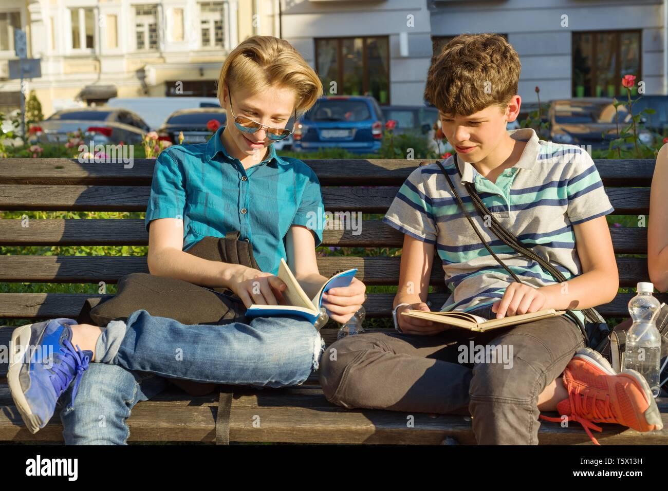 20bd26a3f Dos 2 Amigos Leyendo Libros Imágenes De Stock & Dos 2 Amigos Leyendo ...