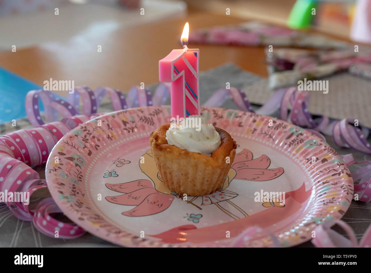 Vela de cumpleaños número 1 en una heladería Imagen De Stock