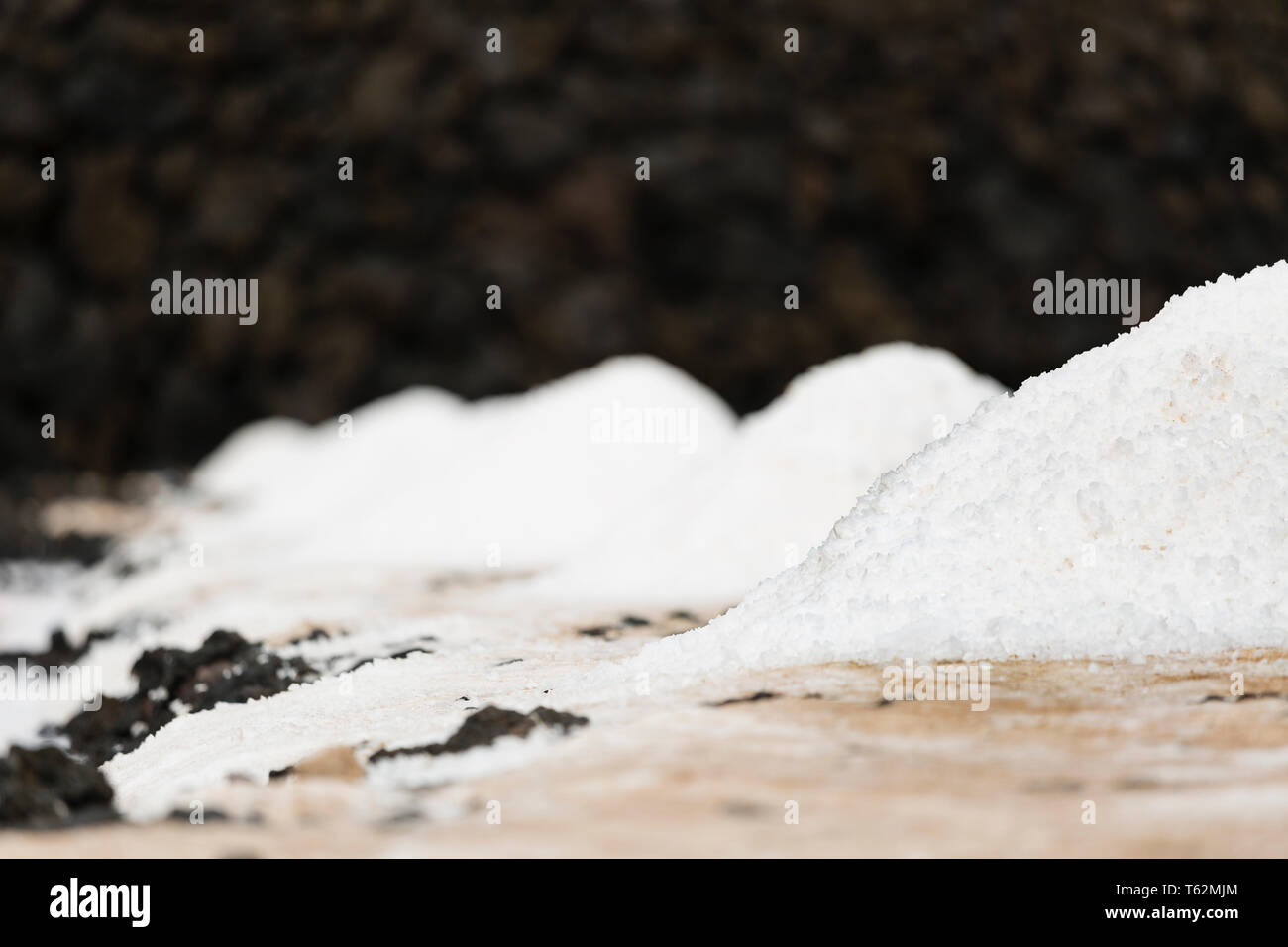 Las enormes pilas de sal en las Salinas de Fuencaliente, La Palma, España, con el foco en el primer montón. Imagen De Stock