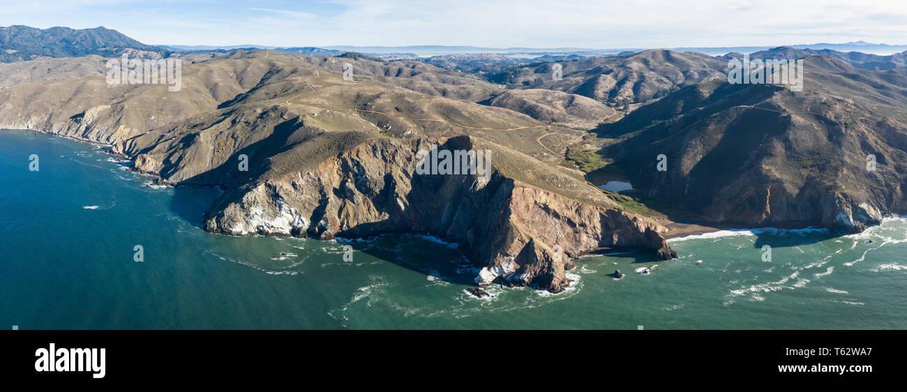 Visto desde una perspectiva aérea, las frías aguas del Océano Pacífico lavar contra la rocosa costa del norte de California de Marin. Foto de stock