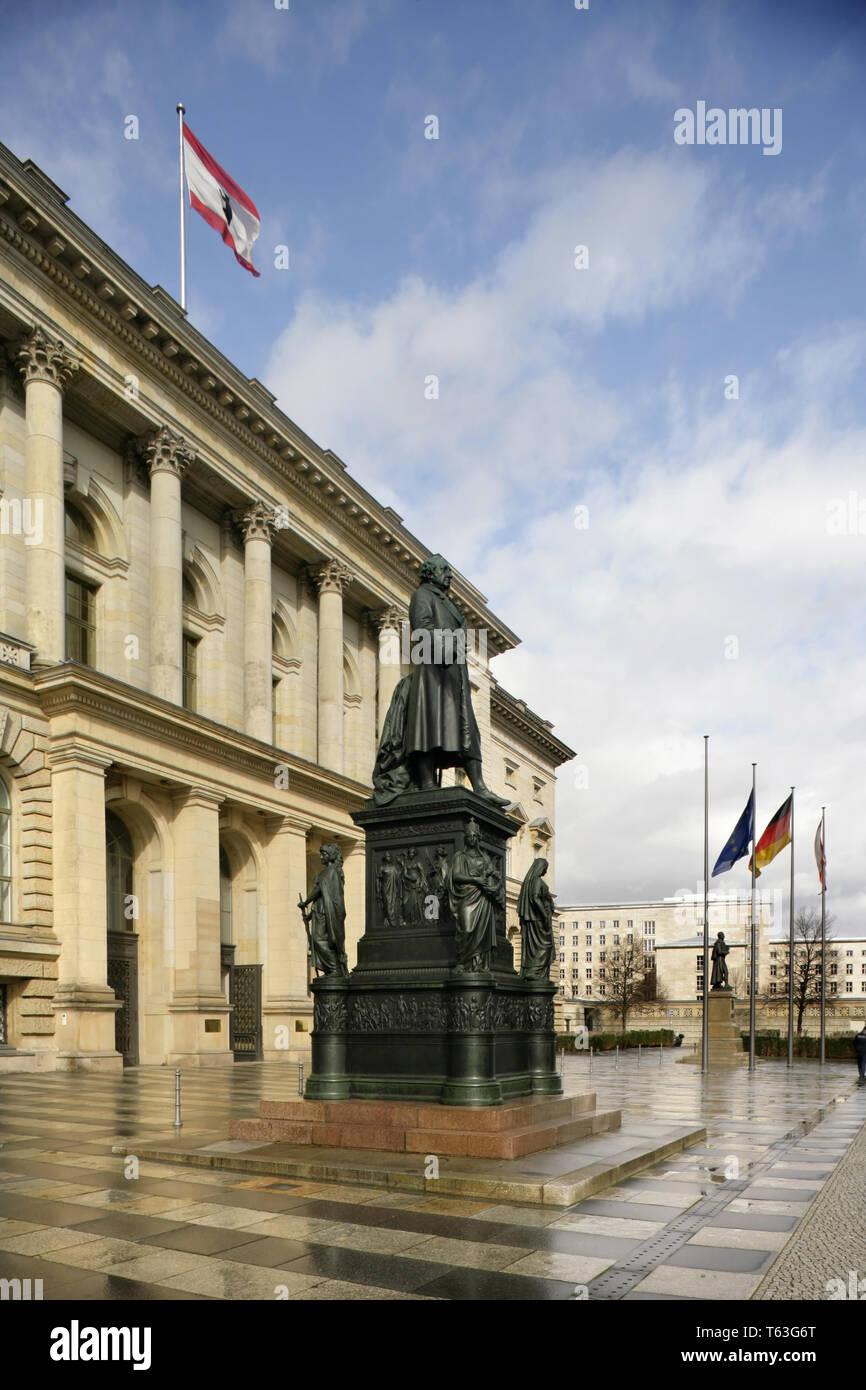 Estatua de Heinrich Friedrich Karl vom und zum Stein en la Abgeordnetenhaus de Berlín, Alemania: el estado edificio del Parlamento (Landtag). Foto de stock
