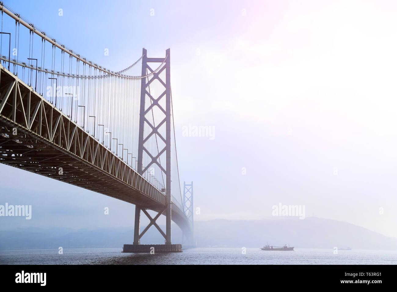 Puente Akashi Kaikyo, el puente colgante más largo, atravesando el Mar Interior de Seto desde Awaji Island a Kobe, Japón. Foto de stock