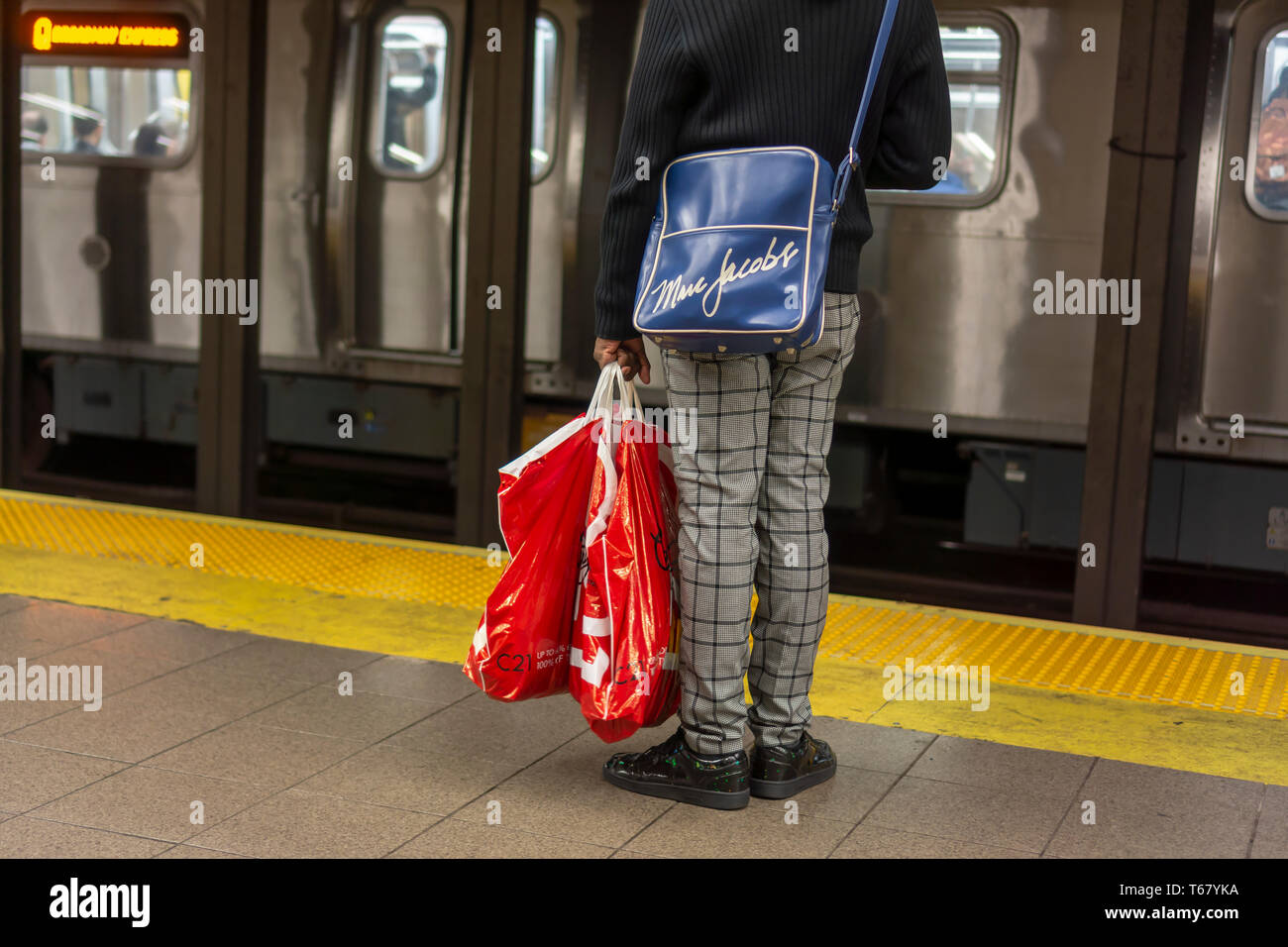 ced6a5eb6 Un comprador vistiendo su marca Marc Jacobs sobre el hombro mientras  llevaba su maletín de Century