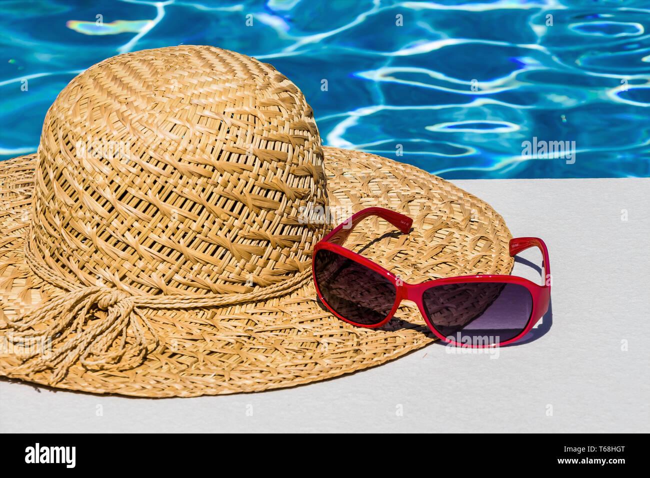 Símbolo de vacaciones Foto de un sombrero para el sol en la piscina Foto de stock