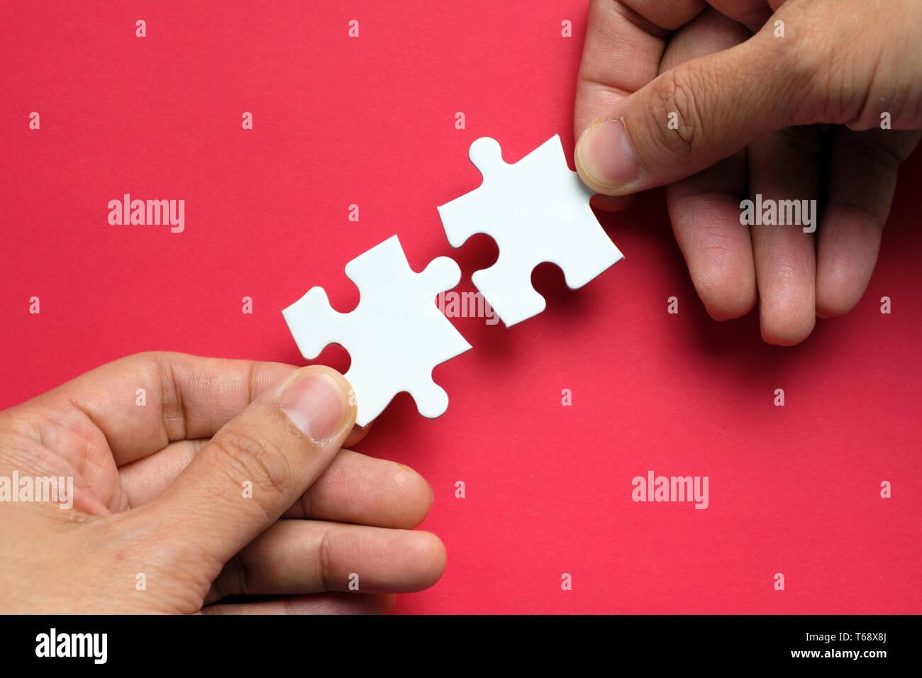 Concepto de asociación con las manos haciendo un puzle Foto de stock