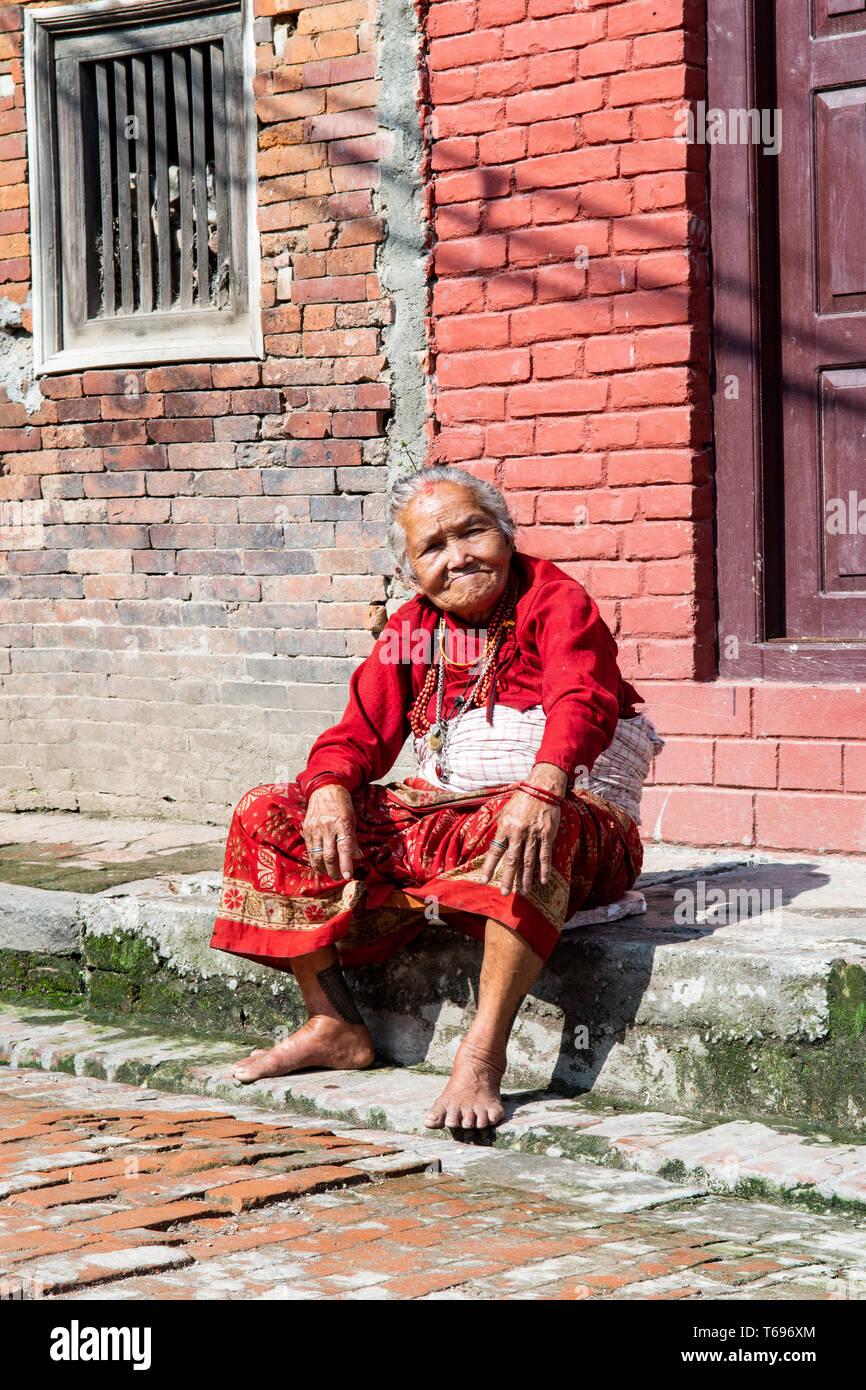 Bhaktapur / Valle de Katmandú, Nepal - Abril 17th, 2019 - celebraciones del Año Nuevo nepalí mostrando anciana en la ciudad. Foto de stock